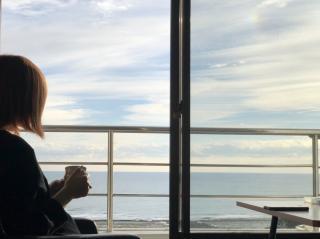 海を眺めながら朝のコーヒー@ゲストハウス画像